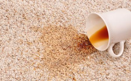plama po kawie na dywanie