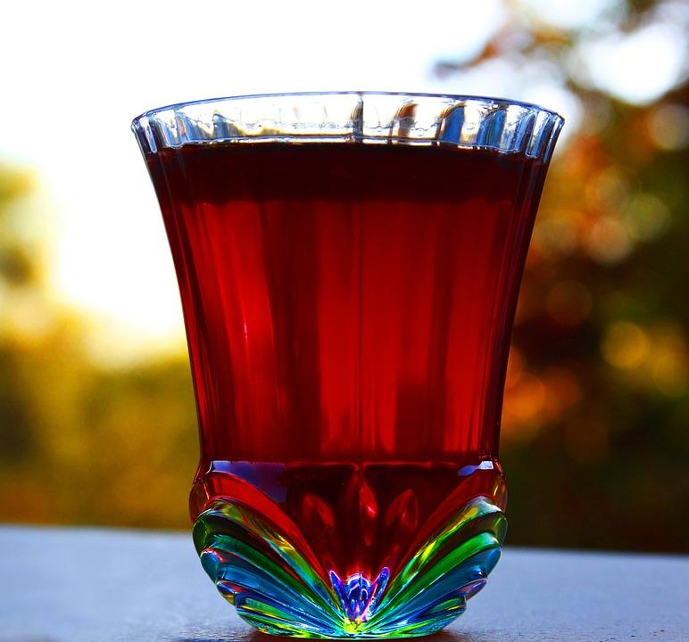 Napój ma intensywny kolor dzięki barwnikom z płatków hibiskusa