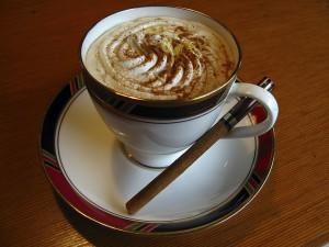 Gruba warstwa tłustej śmietanki – oto przepis na polską kawę!