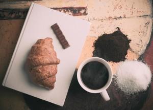 Croissant z kawą