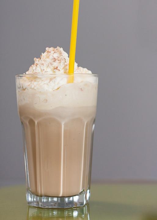 Kawa z lodami i bitą śmietaną