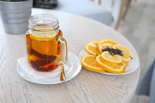 zaparzona herbata z cytryną