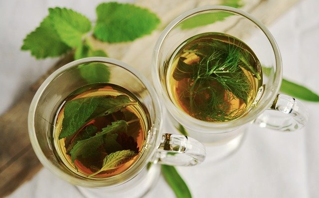 Jeśli nie wiesz, jak uregulować pracę jelit, zacznij od prostych metod, jak herbatki ziołowe