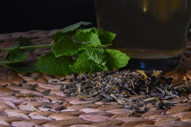 Herbatka miętowa po obfitym posiłku przynosi szybką ulgę