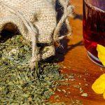 Jak uregulować pracę jelit? Sięgnij po sprawdzone herbatki i zioła