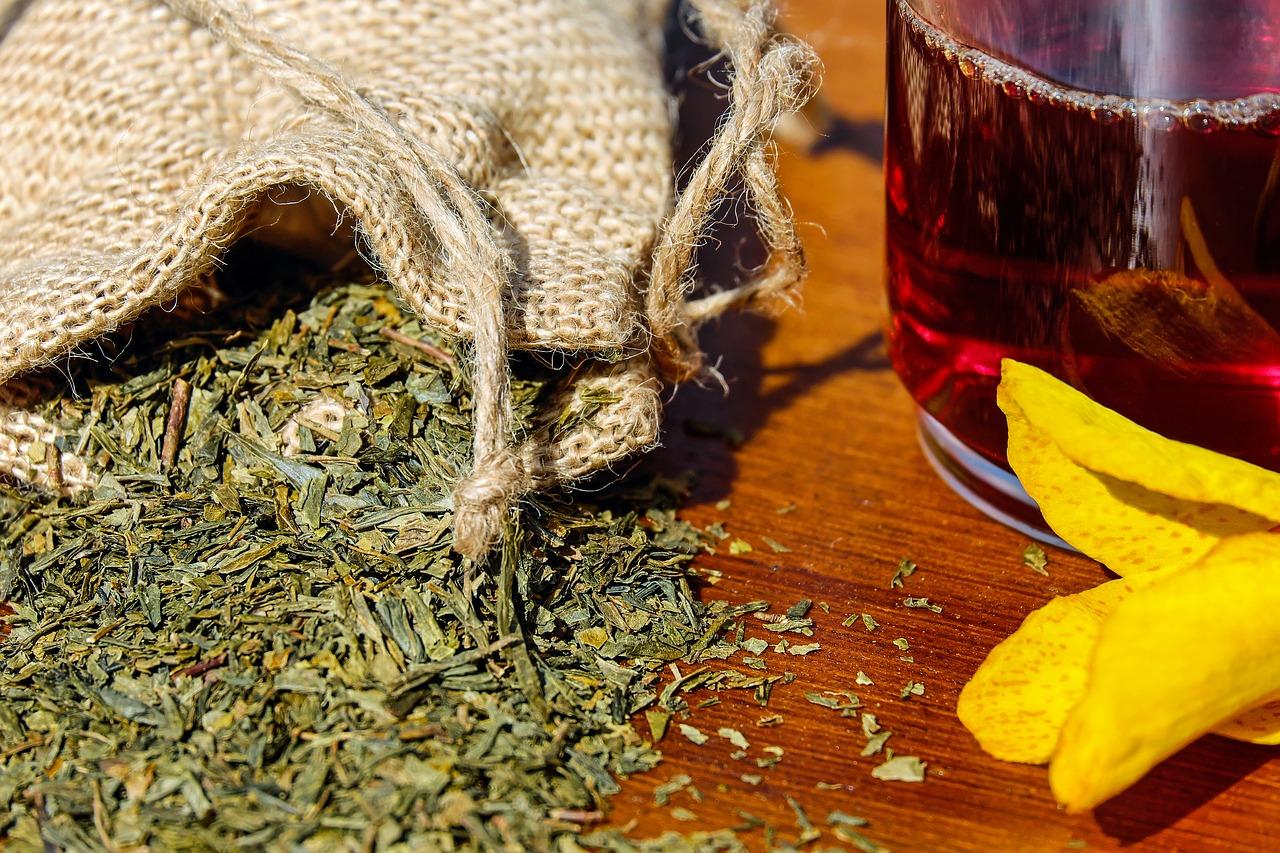 Jak uregulować pracę jelit - spytaj babcię! Zioła i herbatki to sprawdzone sposoby